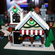 LEGO Winter Toy Shop 28
